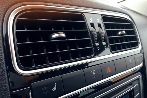 Saiba como realizar a limpeza do ar condicionado do carro